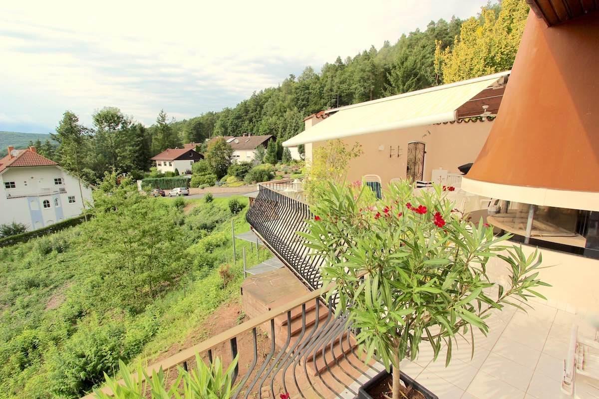 Kuhn Immobilien 78 EG Blick zur Terrasse