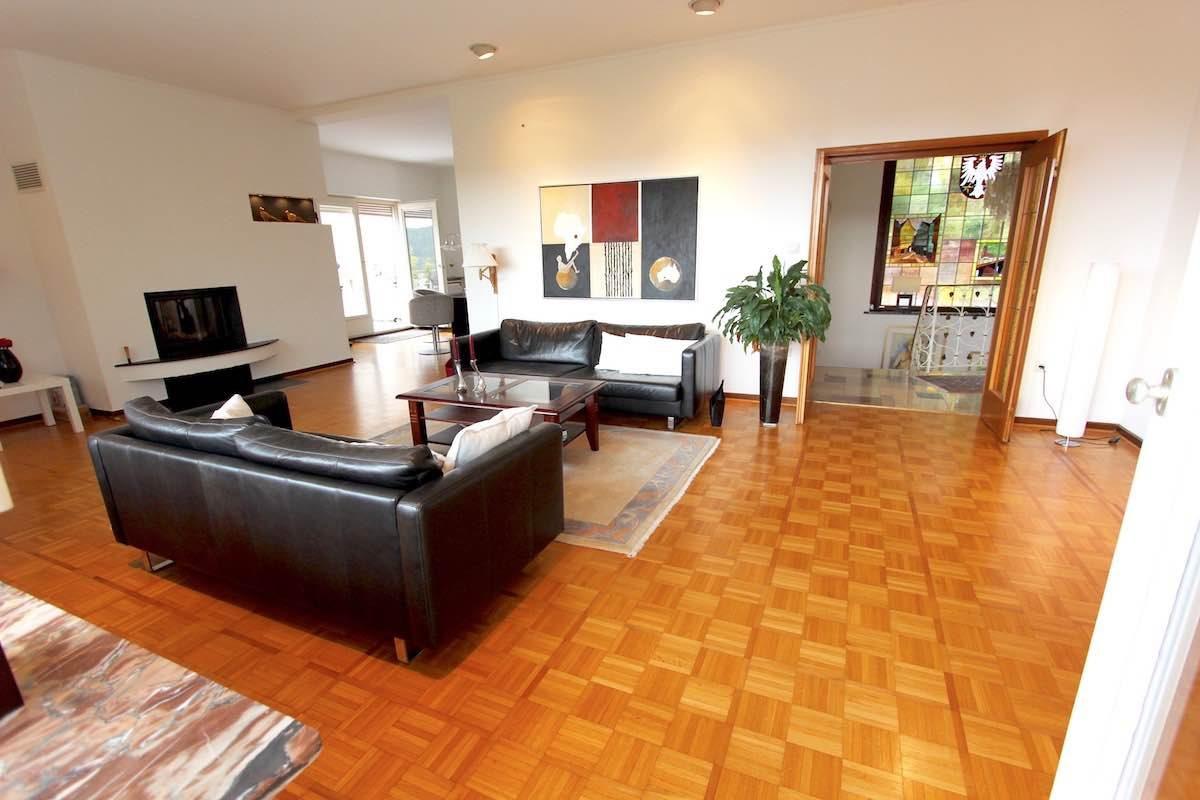 Immobilien Kuhn EG Wohnzimmer mit Blick in die Diele