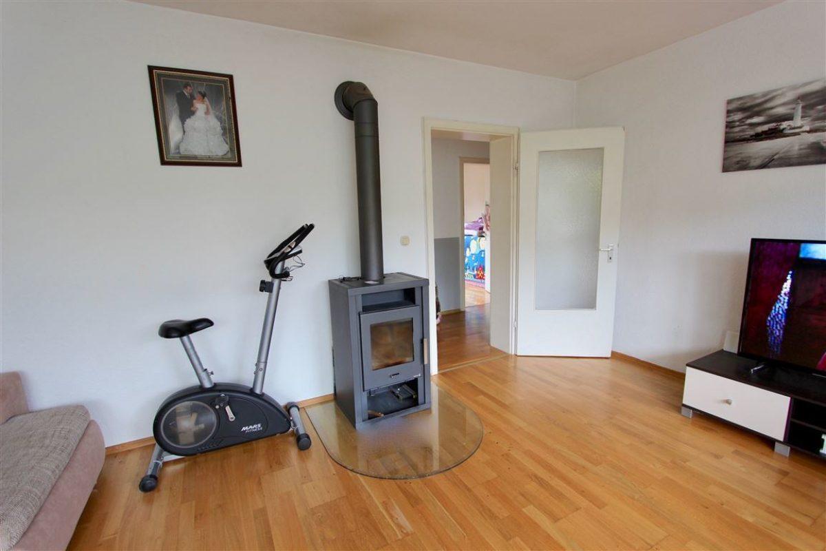 EG Wohnzimmer mit Kaminanschl - Kuhn Immobilien Bad Kissingen