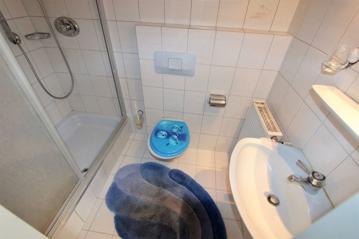 EG: Bad 1 Dusche, WC - Kuhn Immobilien Bad Kissingen