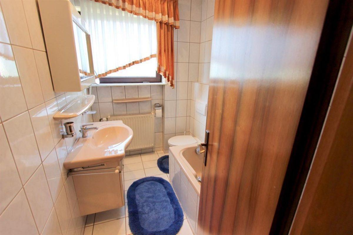 EG:Bad 2 WC, Wanne, Fenster - Kuhn Immobilien Bad Kissingen