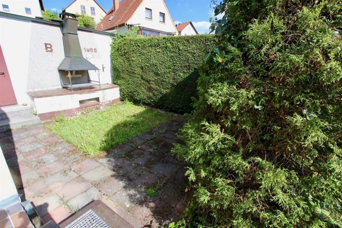 EG: Grillplatz; Zugang Garage - Kuhn Immobilien Bad Kissingen