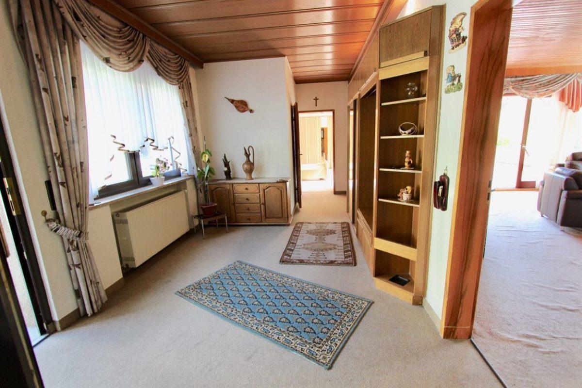 EG: Hauseingang Diele - Kuhn Immobilien Bad Kissingen