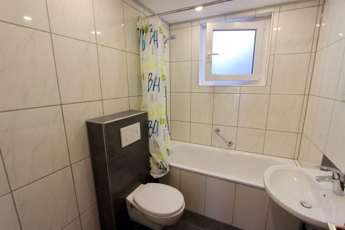 UG Bad 3: WC, Wanne, Fenster - Kuhn Immobilien Bad Kissingen
