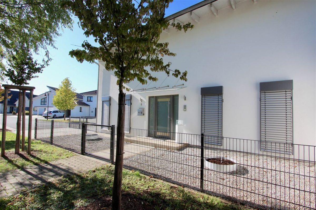 Stellplatz und Hauszugang - Kuhn Immobilien Bad Kissingen