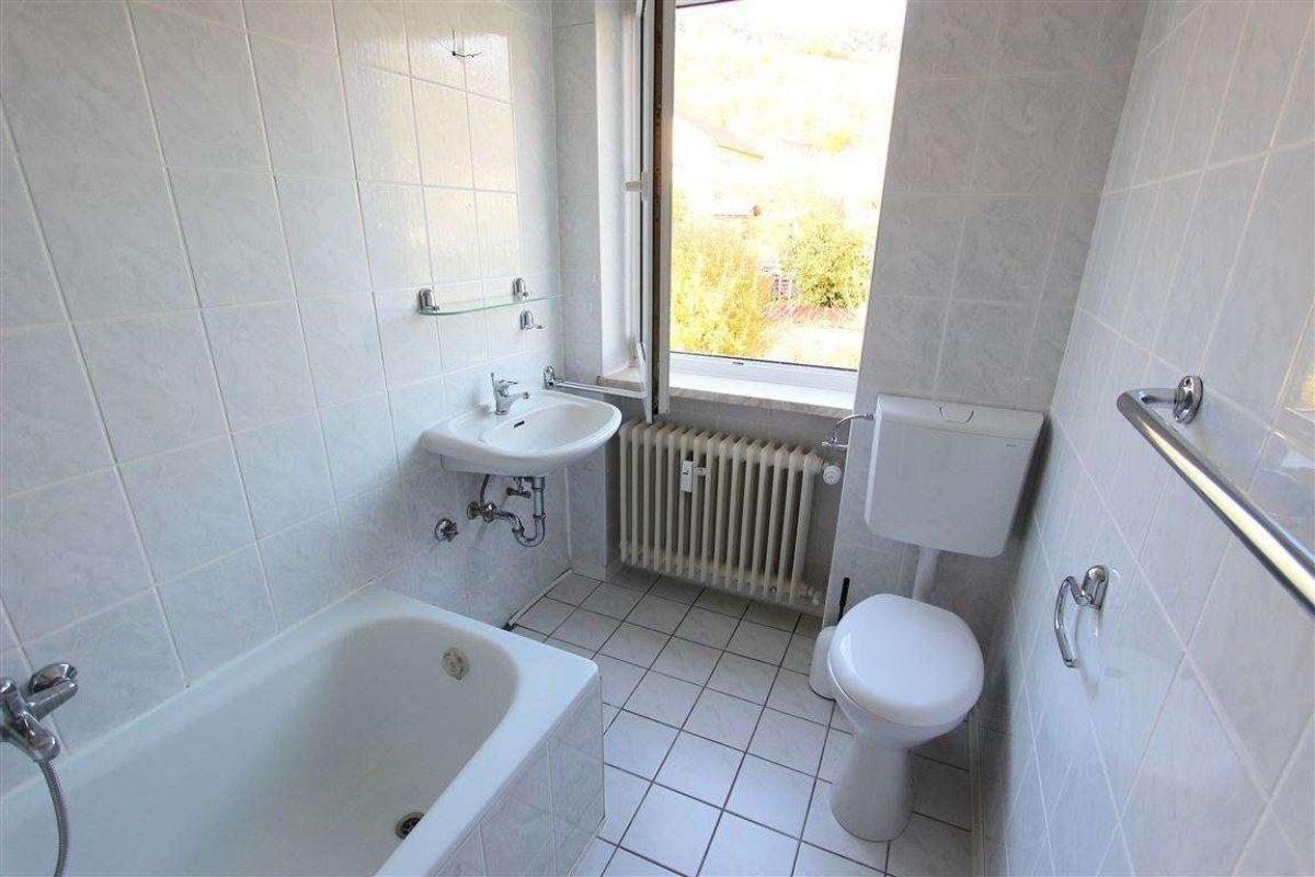Bad mit Wanne und Fenster - Kuhn Immobilien Bad Kissingen