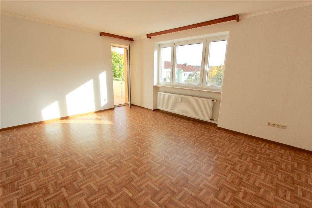 Wohnzimmer mit Balkon - Kuhn Immobilien Bad Kissingen
