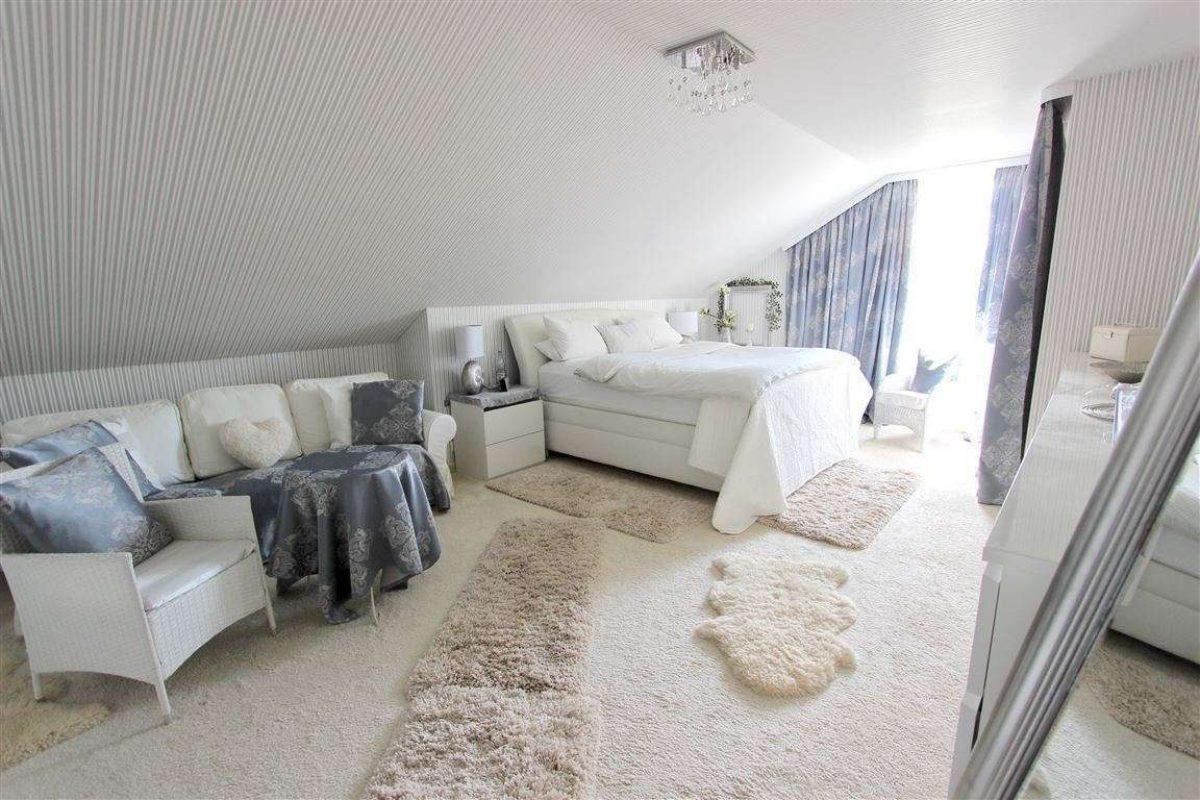 Schlafzimmer mit Balk. DG - Kuhn Immobilien Bad Kissingen