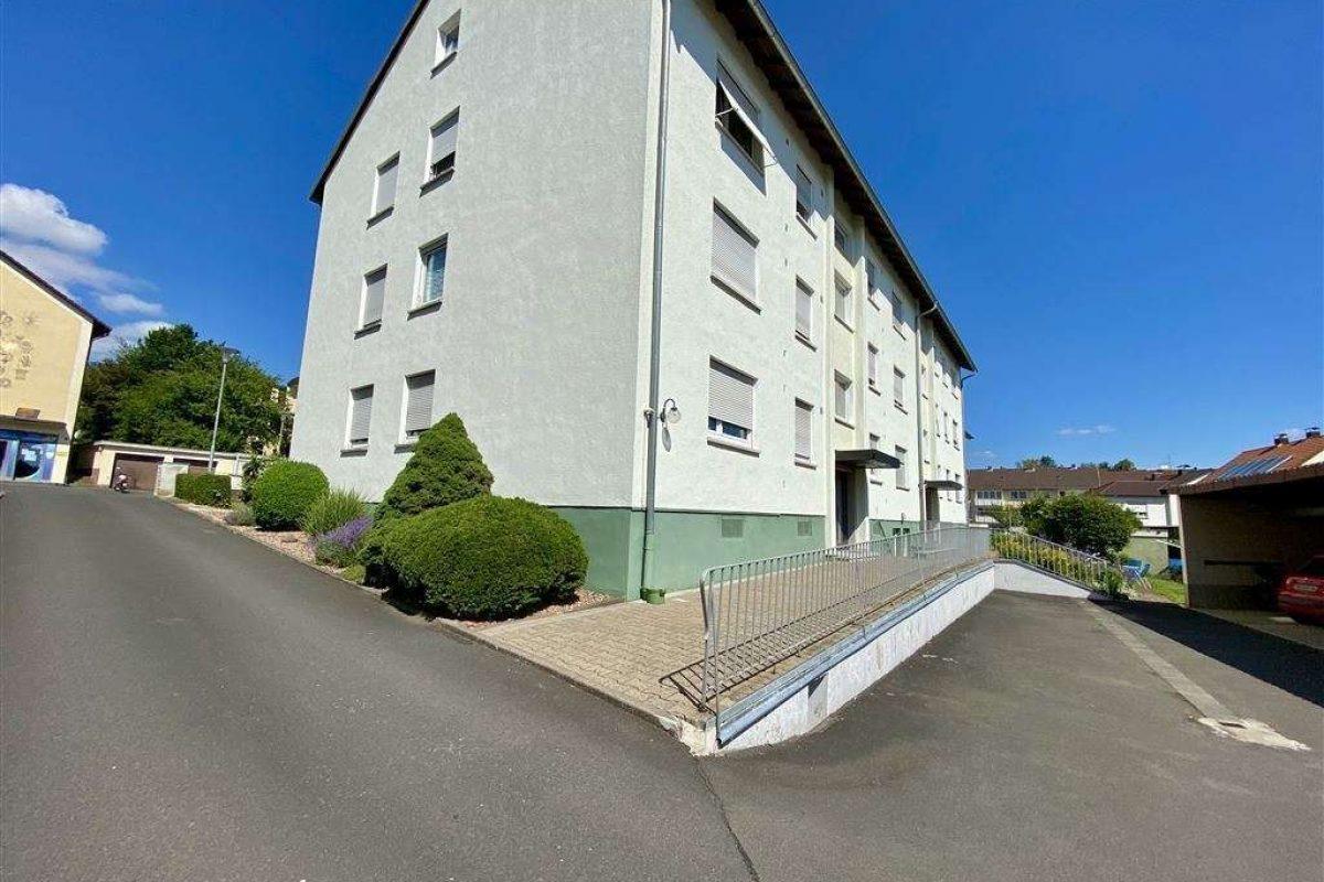 Zufahrt Carport, Hauszugang - Kuhn Immobilien Bad Kissingen