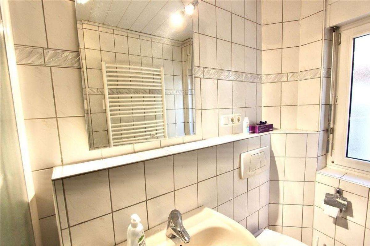 Bad 1 mit Dusche und Fenster - Kuhn Immobilien Bad Kissingen