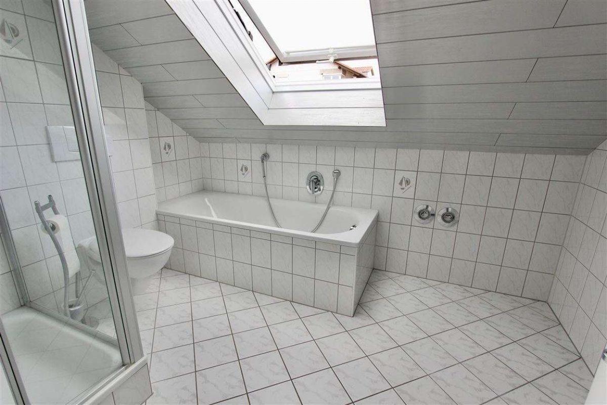 OG Bad mit Wanne und Dusche - Kuhn Immobilien Bad Kissingen